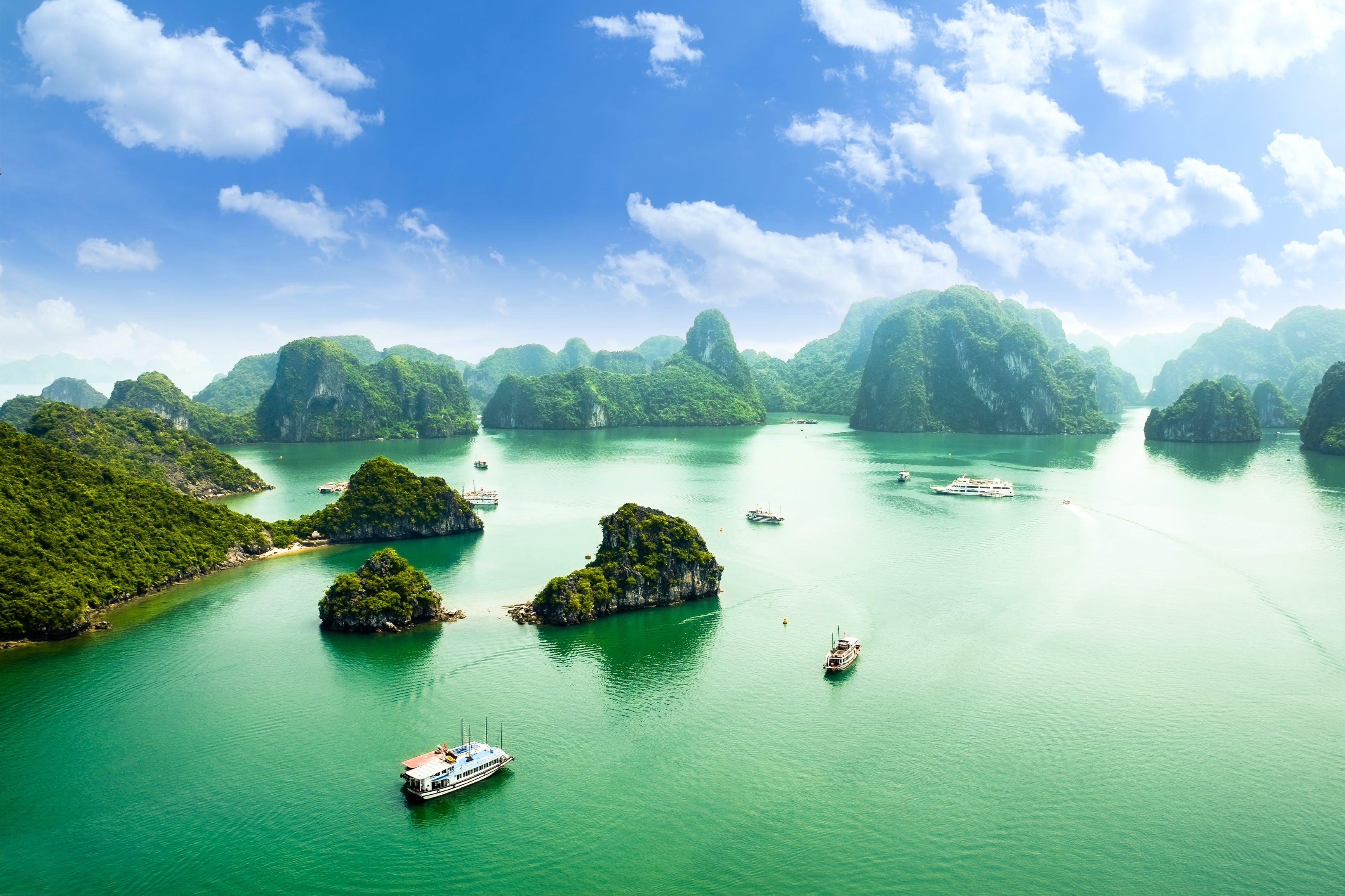 Vaar door de fenomenale setting van Ha Longbaai