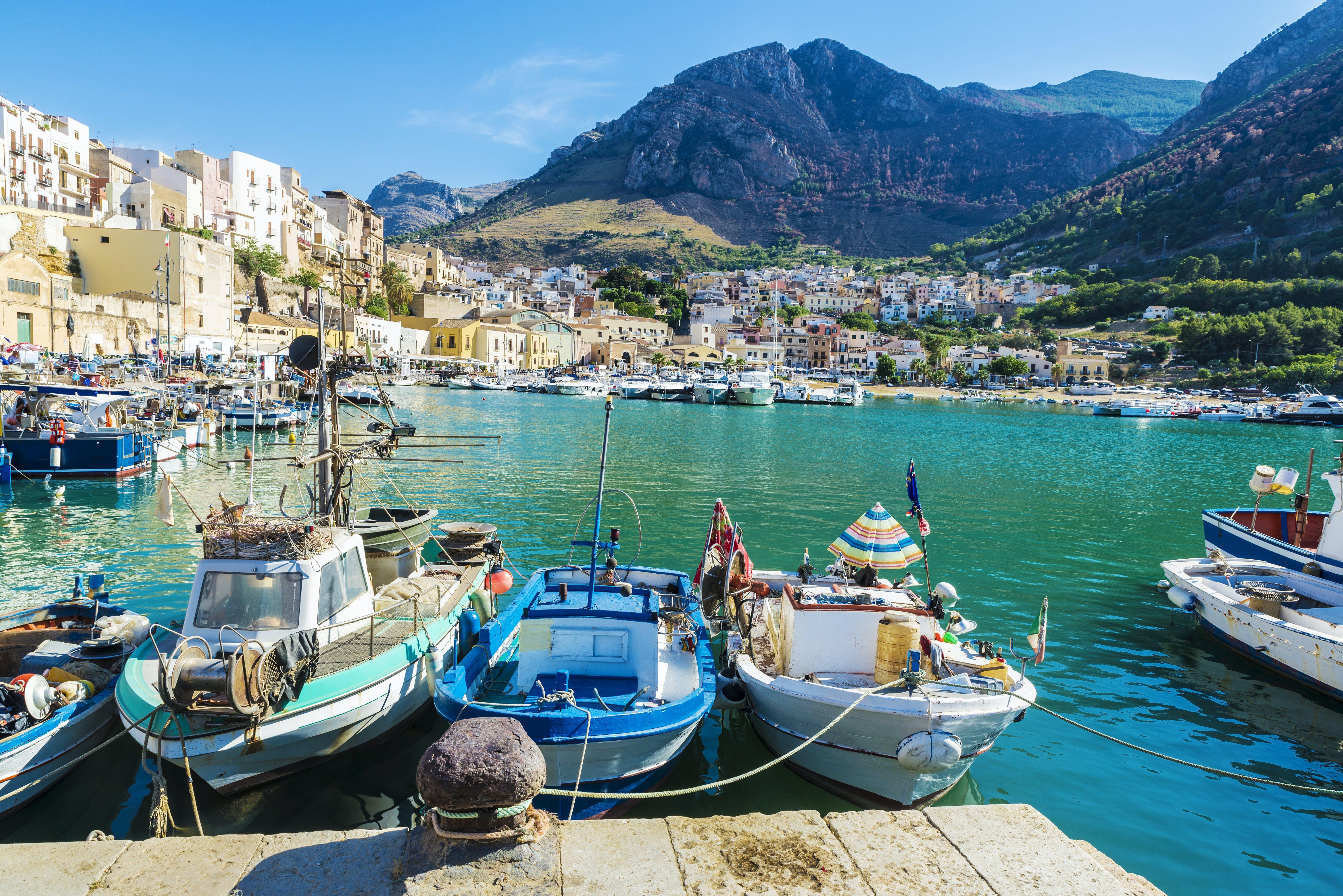 Blauw water, vissersbootjes.. idyllischer wordt het bijna niet!