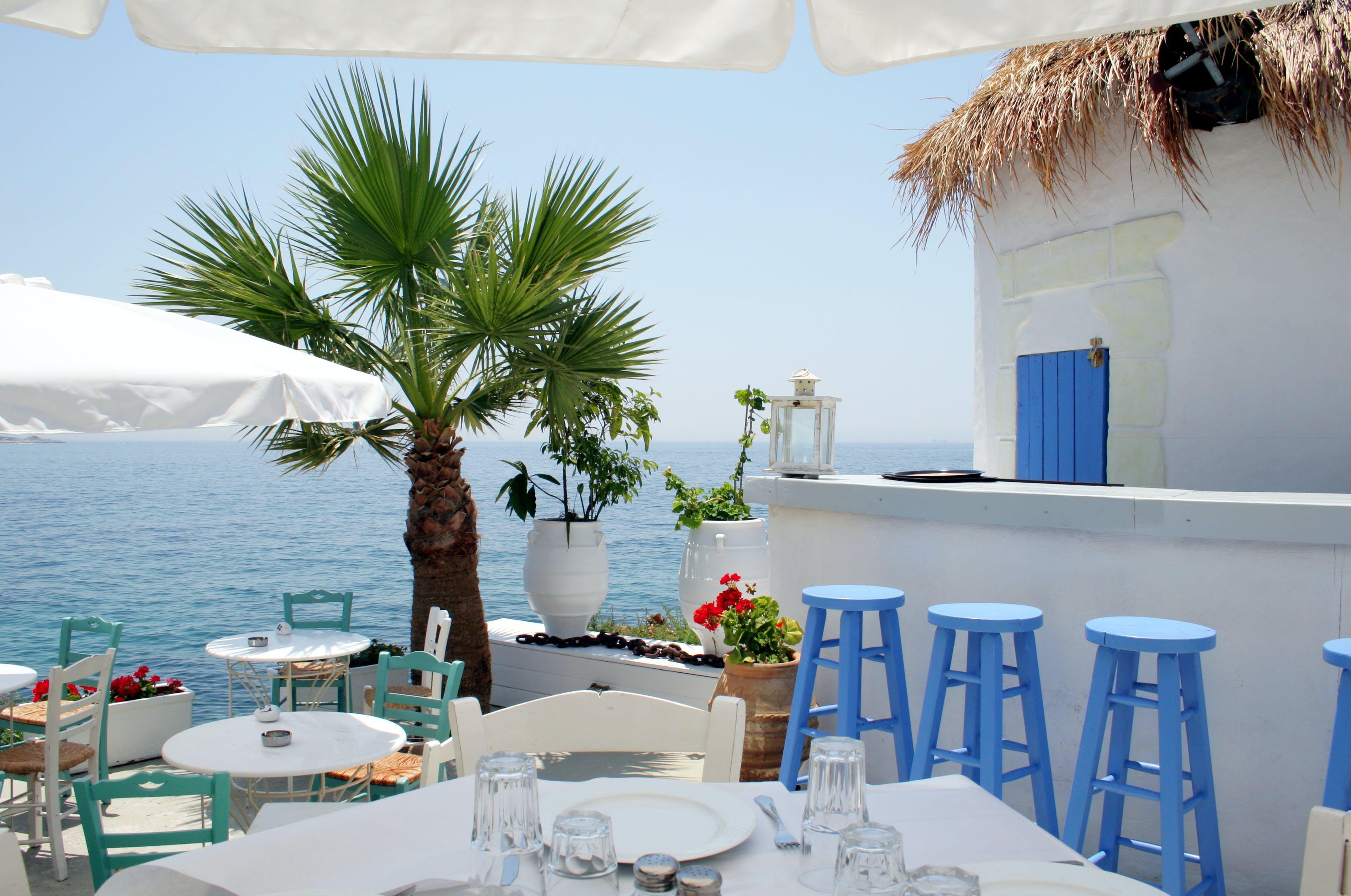 Geniet van een lekker Grieks gerechtje in een restaurant aan de zee