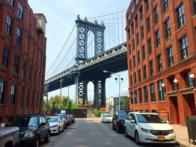 Brooklyn Bridge tussen de oude pakhuizen aan de kant van Brooklyn