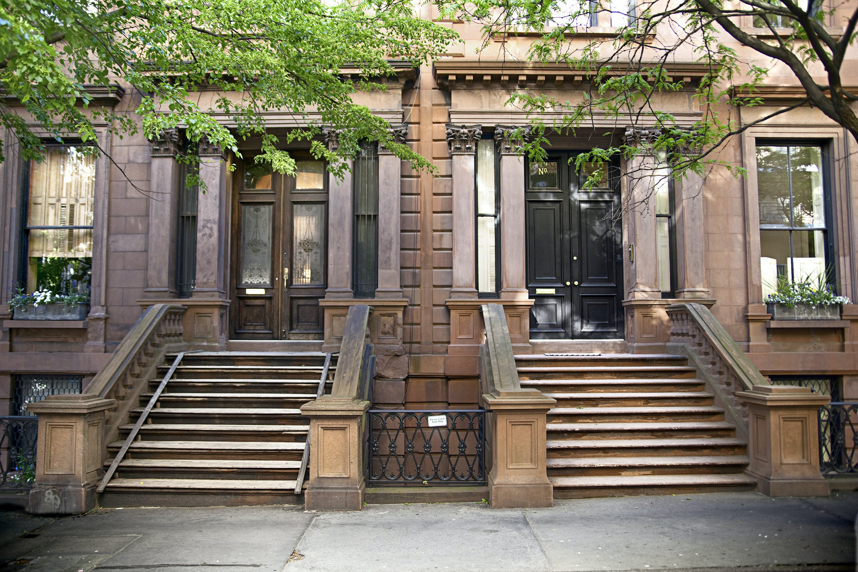 De klassieke roodbruine voorgevels in Brooklyn Heights
