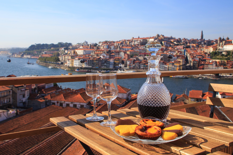 Drink een lekker glaasje portwijn terwijl je geniet van het uitzicht op Porto