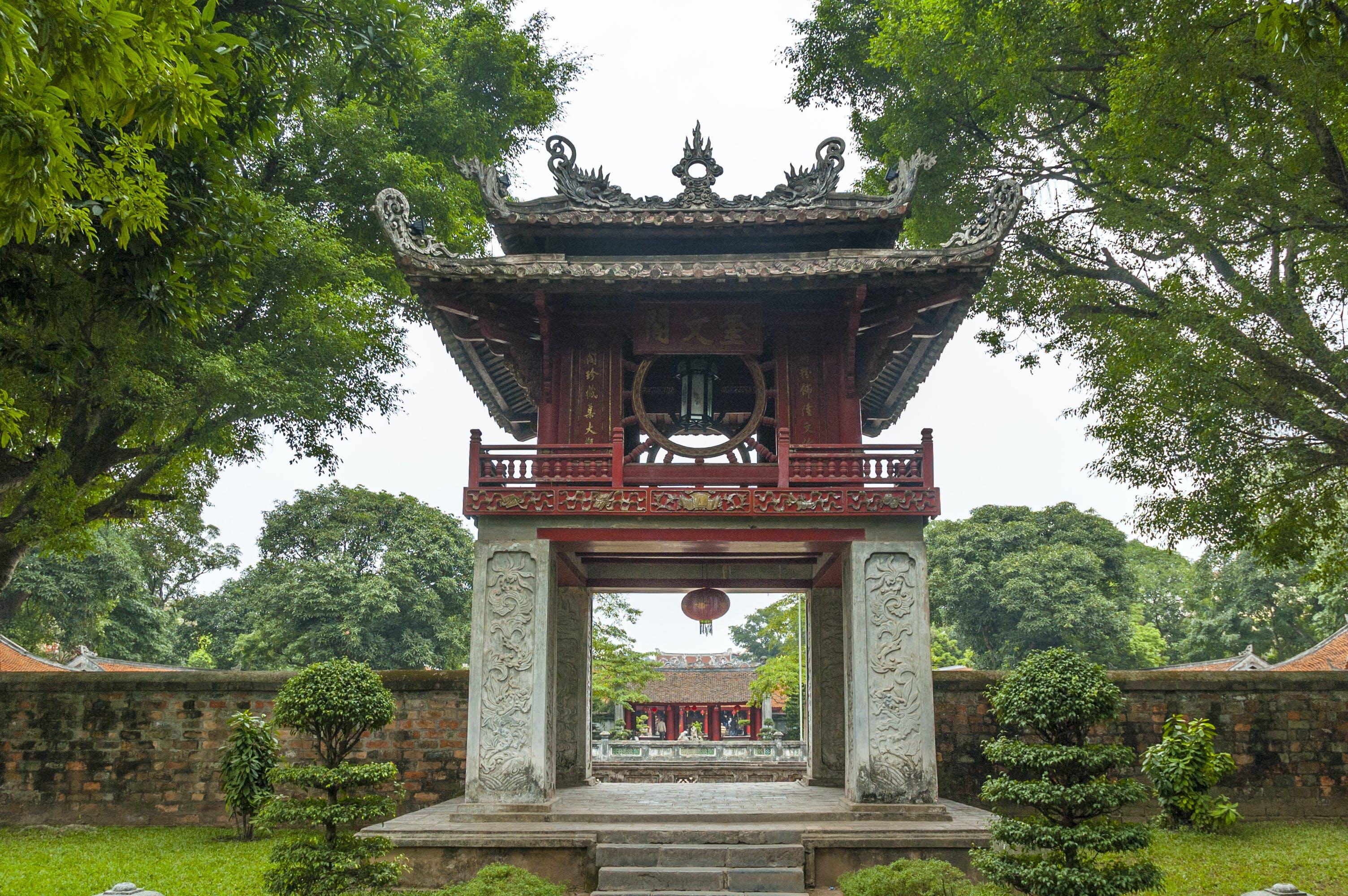 De imposante toegangspoort van de Tempel of Literature