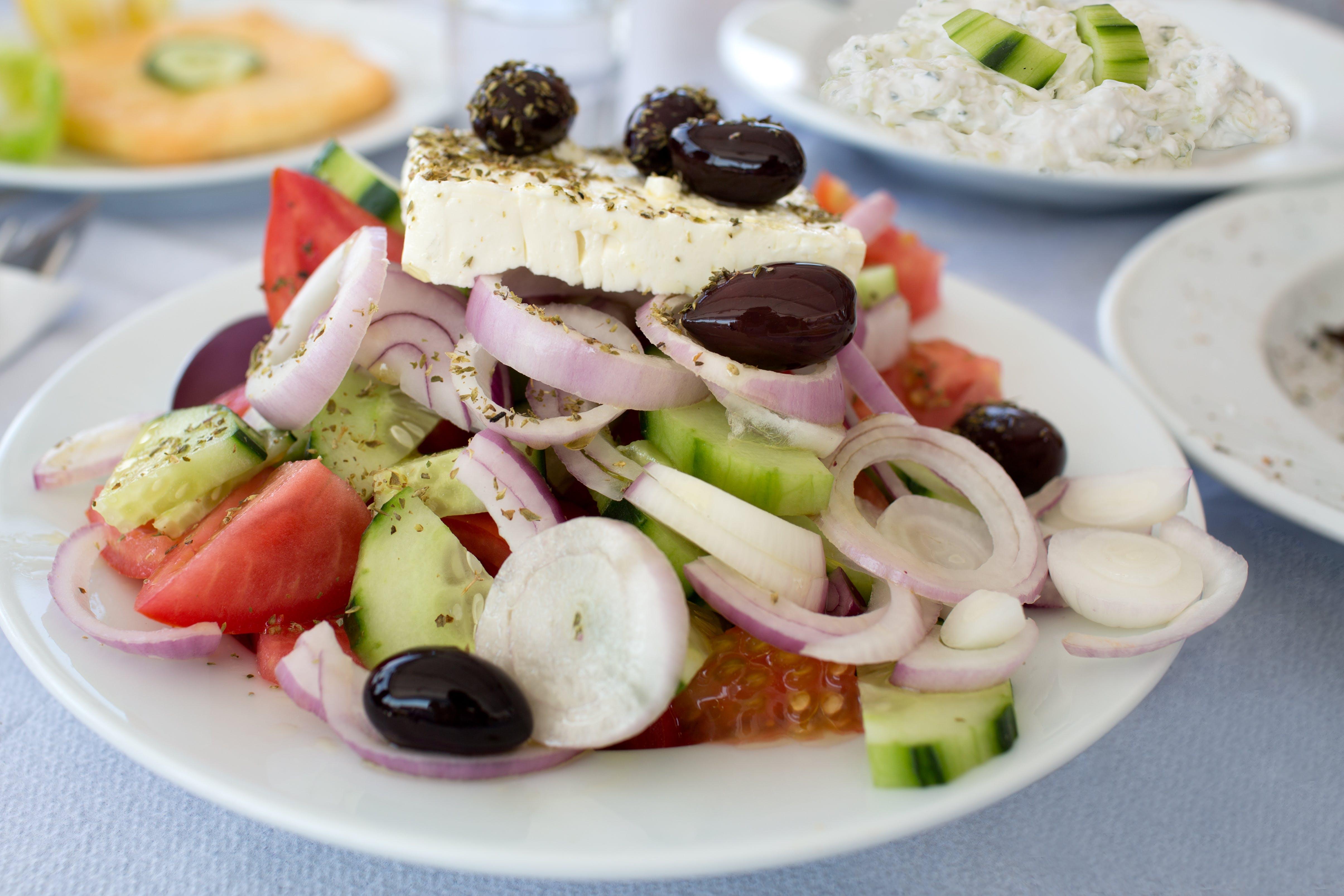 Tomaatjes, komkommer, olijven, ajuin en echte Griekse feta ... het beste uit de Griekse keuken!