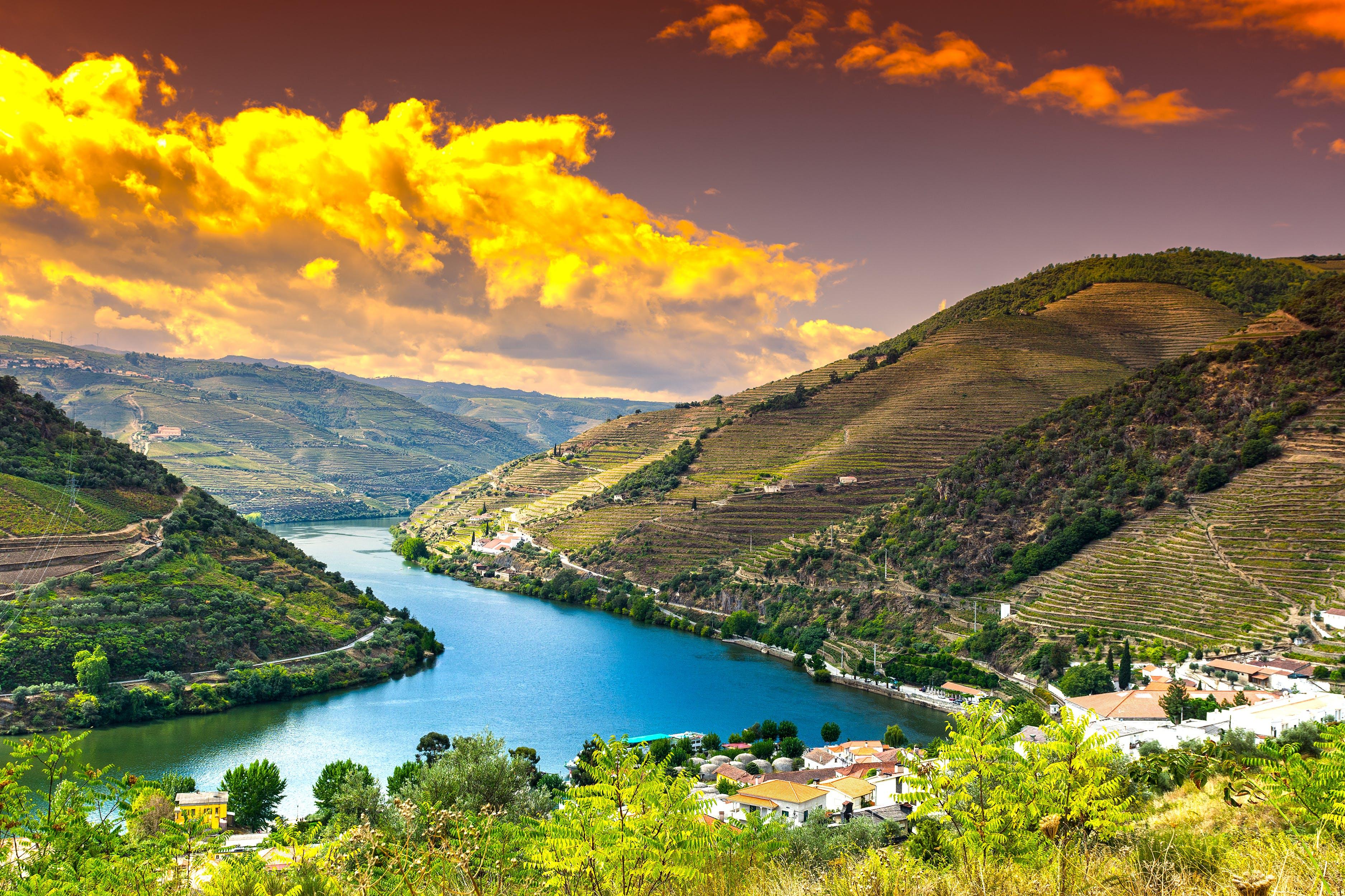 De Douro kronkelt zich een weg door het landschap