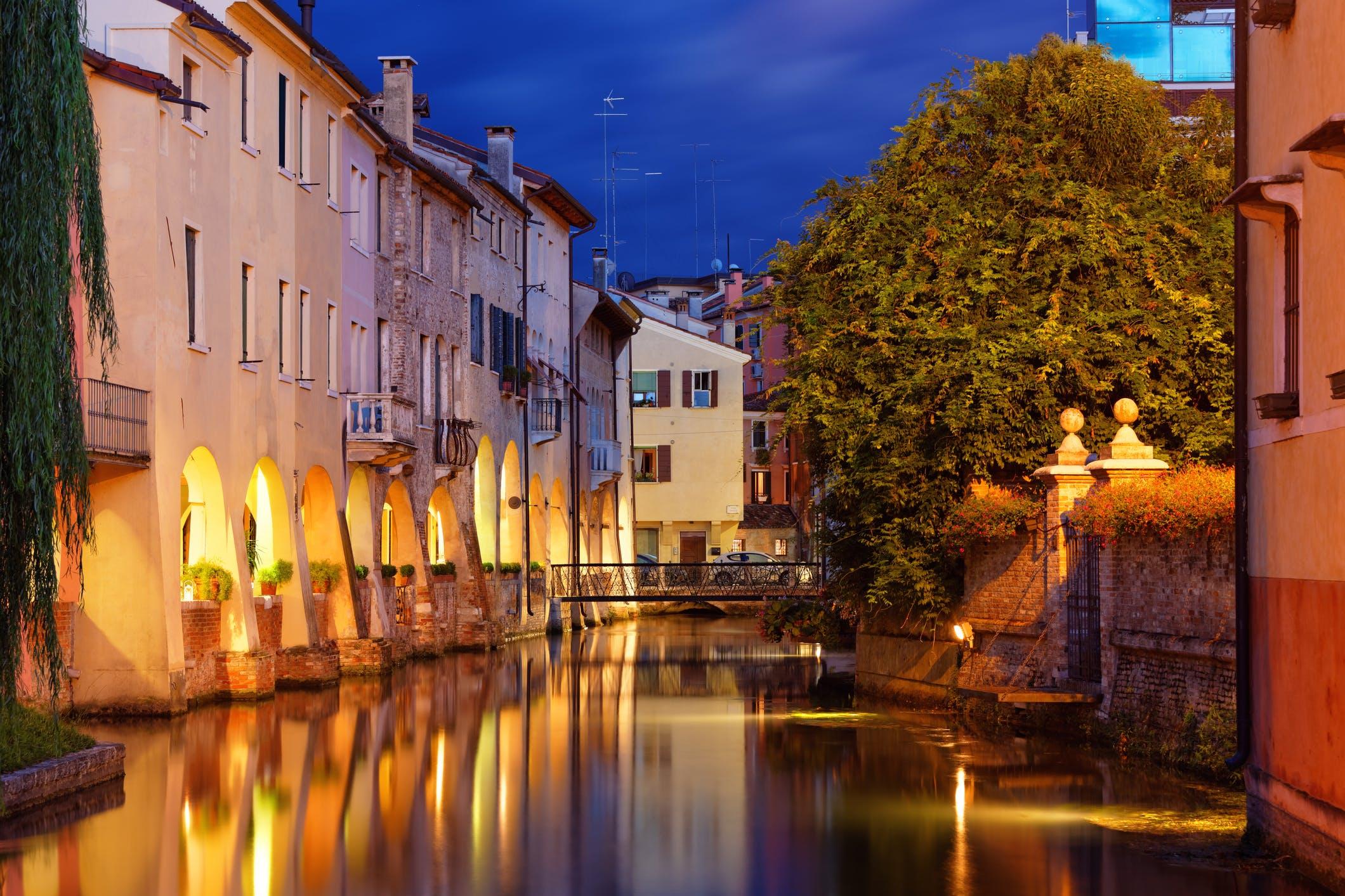 Slenter langs het water in Treviso in de avond voordat je weer teruggaat naar je hotel