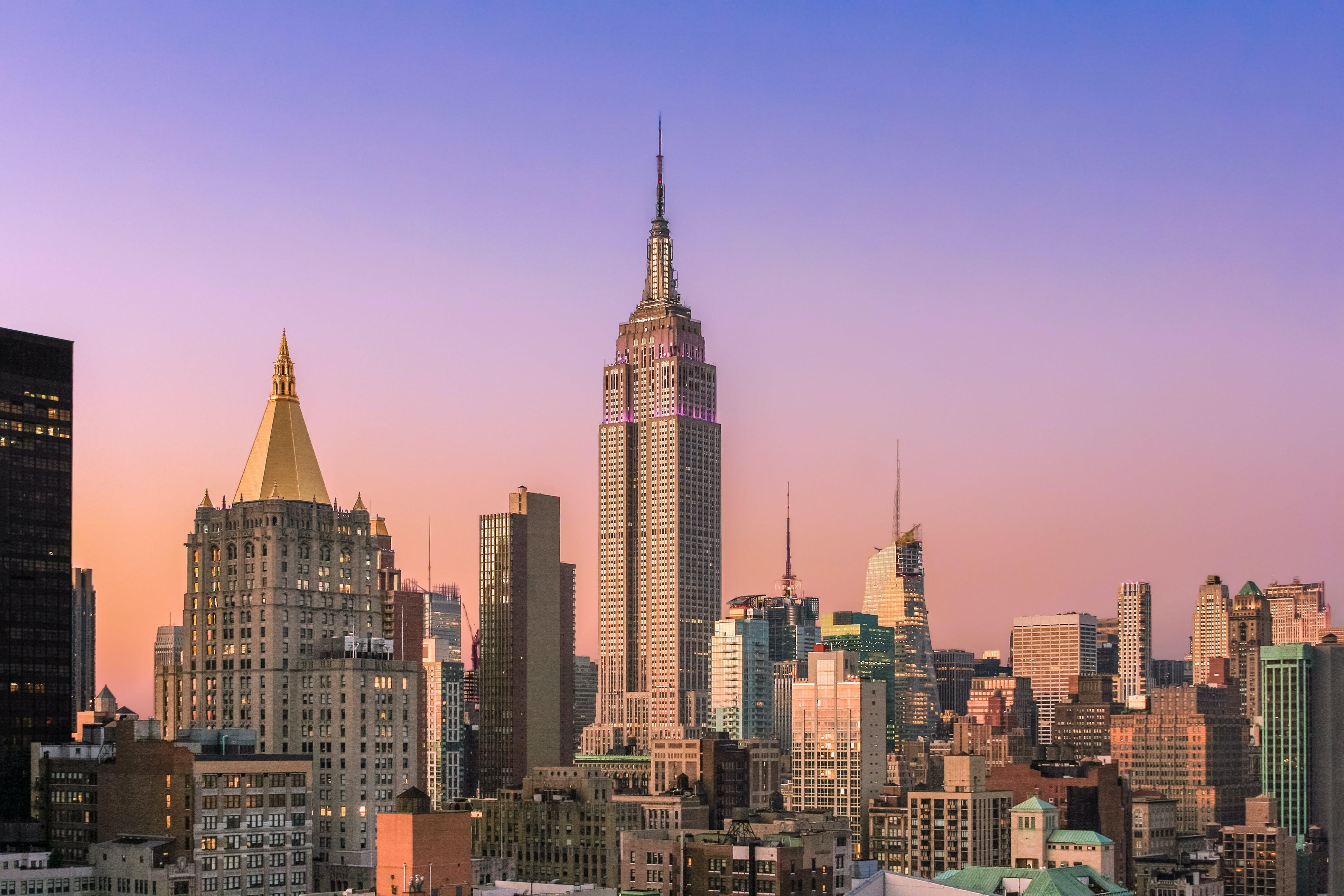 De iconische wolkenkrabber van New York tijdens de zonsondergang: het Empire State Building