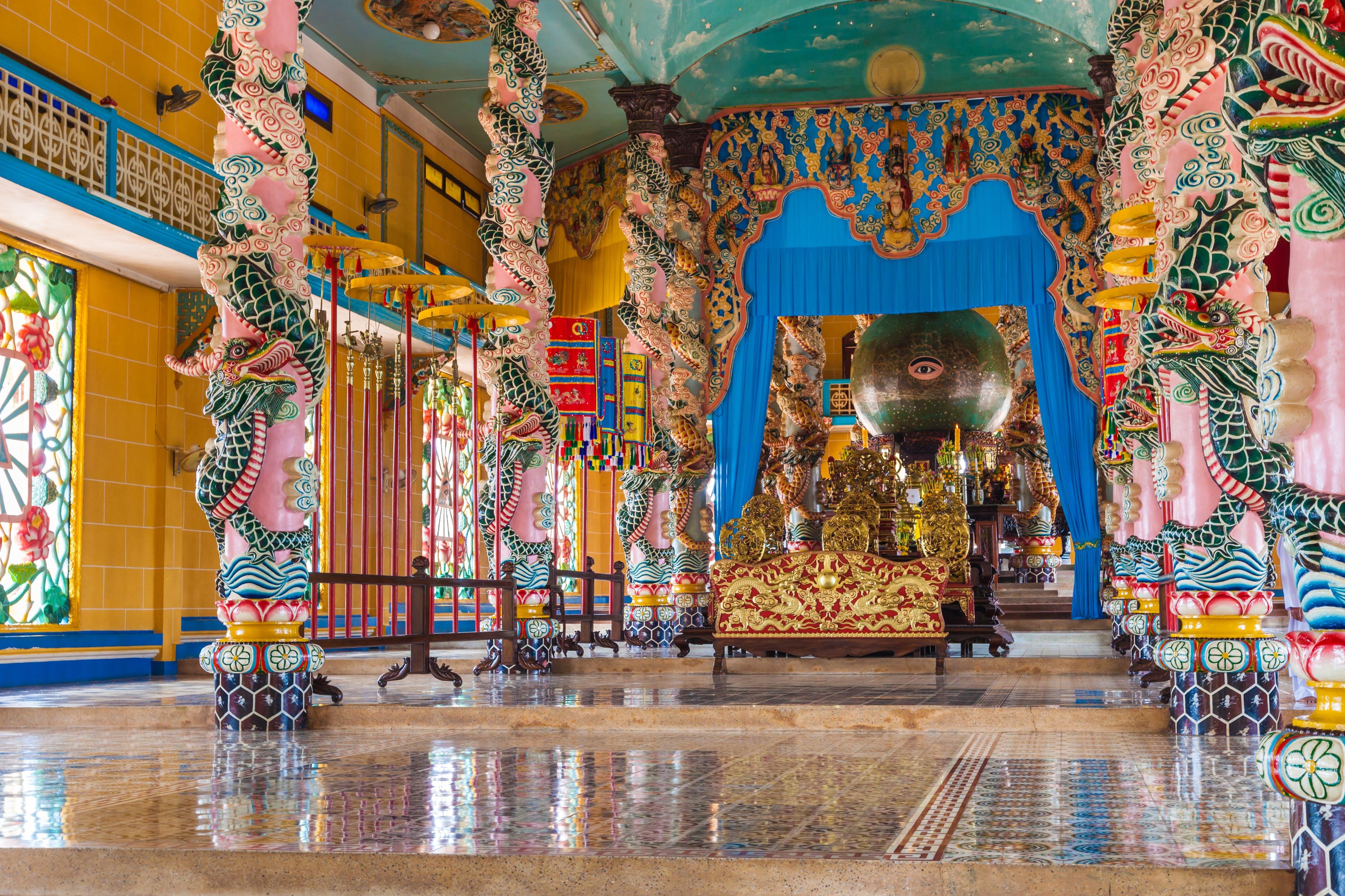 Treedt binnen in de kleurrijke wereld van de Cao Dai tempel
